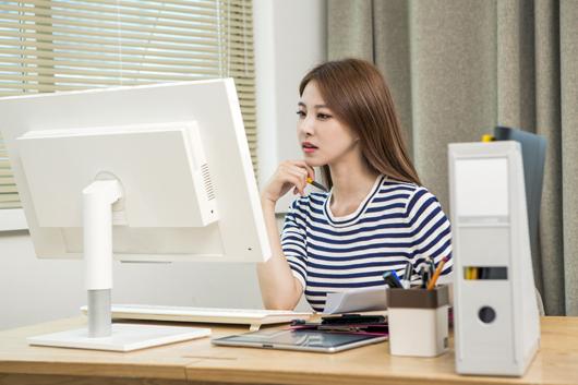 사무실에서 일하고 있는 여자.