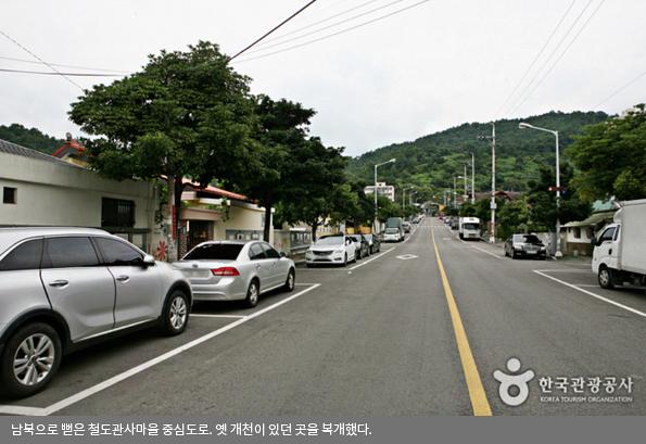 남북으로 뻗은 철도관사마을 중심도로. 옛 개천이 있던 곳을 복개했다.