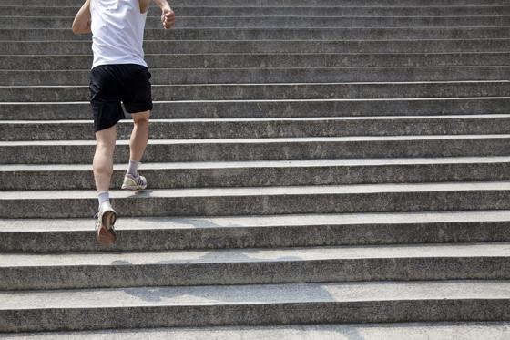 계단 오르는 남자.