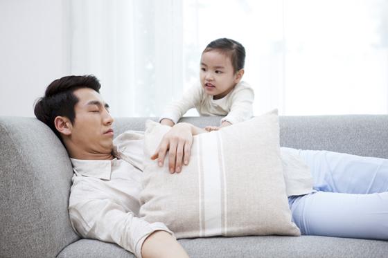 낮잠 자는 아빠를 깨우는 딸.