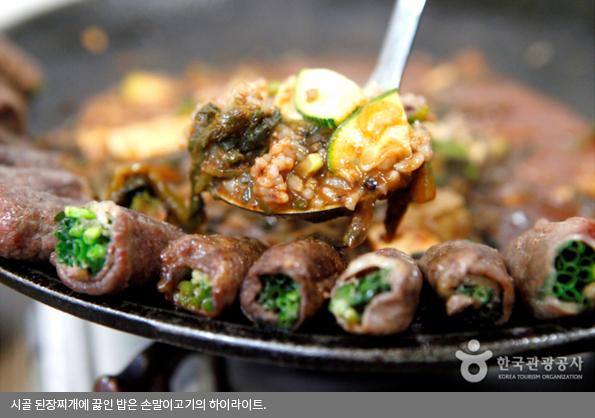시골 된장찌개에 끓인 밥은 손말이고기의 하이라이트