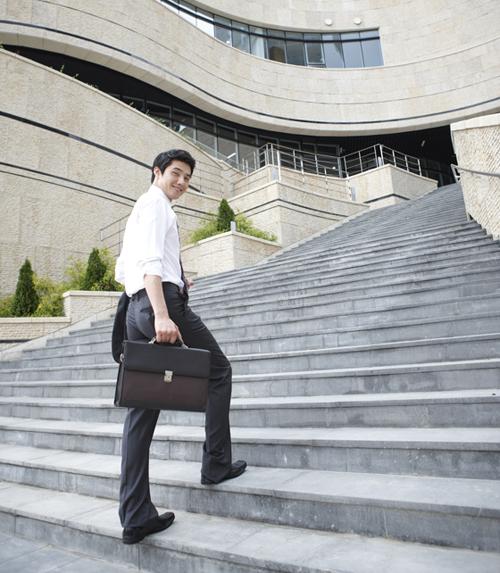 계단을 오르는 남자.