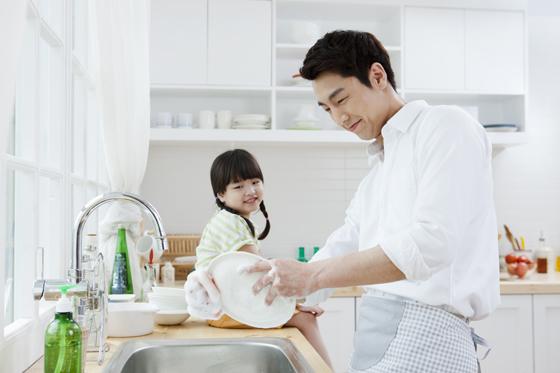 설거지하는 남자.