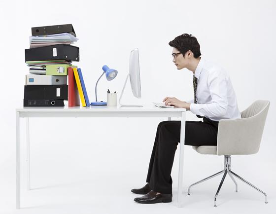 컴퓨터에 빠진 남자.