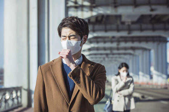 마스크를 쓰고 있는 남자.