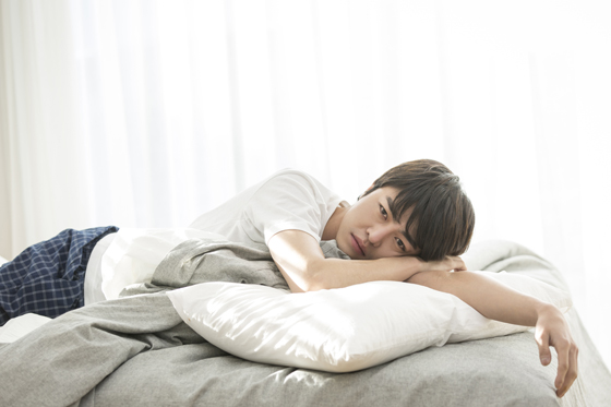 잠을 못이루고 있는 남자.