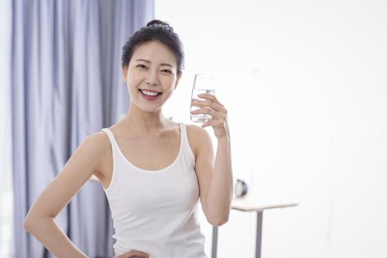 물 마시는 여자.