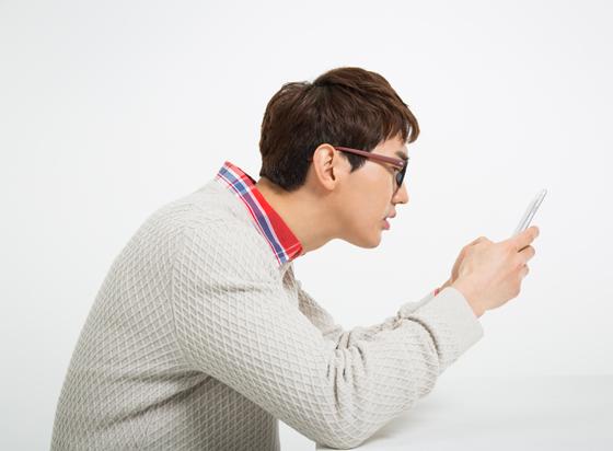 휴대폰 사용 중인 남자.
