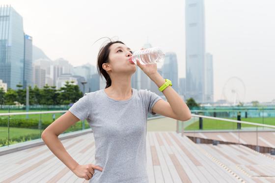 운동하고 물을 마시는 모습.