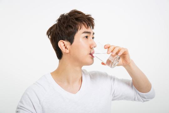 물 마시고 있는 남자.