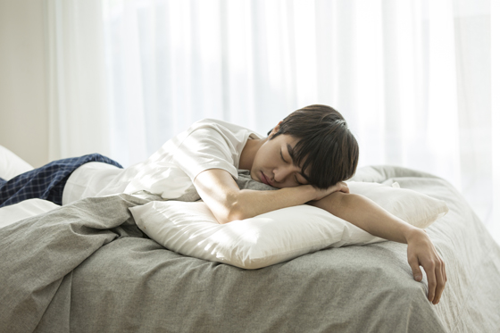 자고 있는 남자.