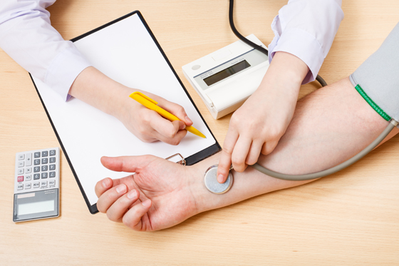 혈압 재는 모습.