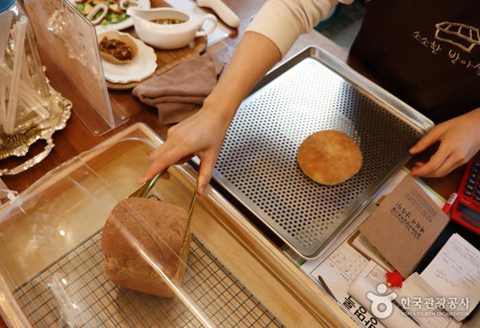 소소한 방아실에서 빵을 쟁반에 담고 있다 - 한국관광공사