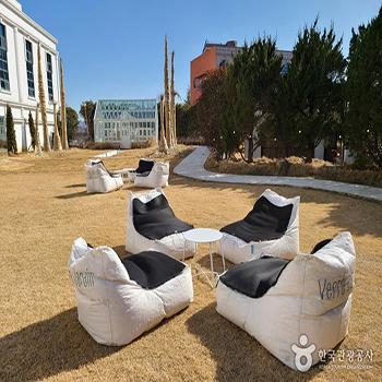 베르자르당 온실카페 잔디밭 의자와 테이블 - 한국관광공사