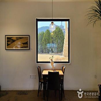 베르자르당 온실카페안 창문 테이블 - 한국관광공사