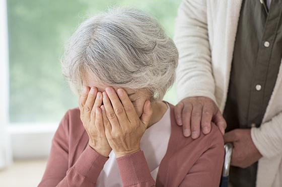 알츠하이머로 힘들어하는 어르신.