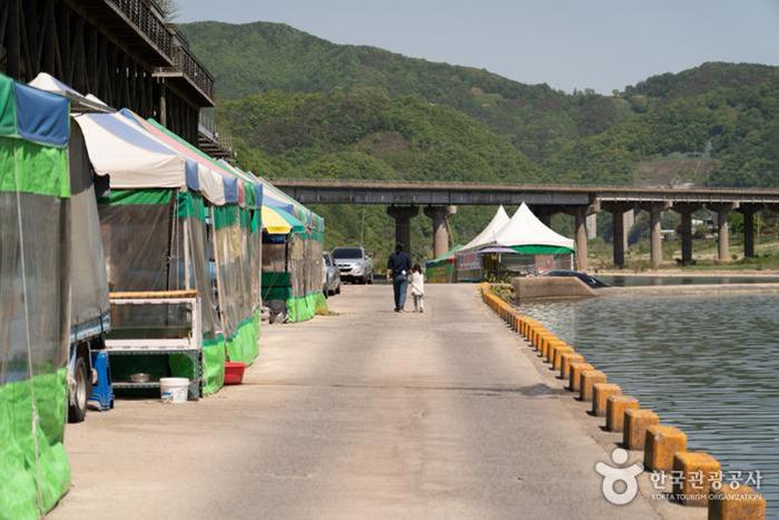 강을 마주하며 들어선 포장마차 - 한국관광공사