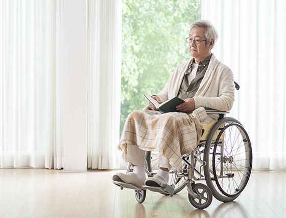 휠체어 탄 노인.