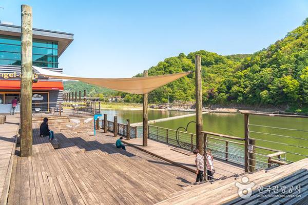 휴게소 야외 데크에서 볼 수 있는 멋진 풍경 - 한국관광공사