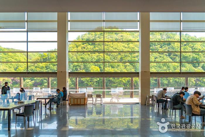 경치를 감상하며 음식을 즐길 수 있는 테이블들 - 한국관광공사