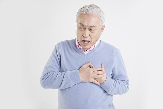가슴통증으로 힘들어하는 어르신