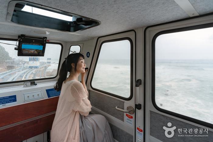 유리창으로 탁 트인 풍경을 볼 수 있다 사진