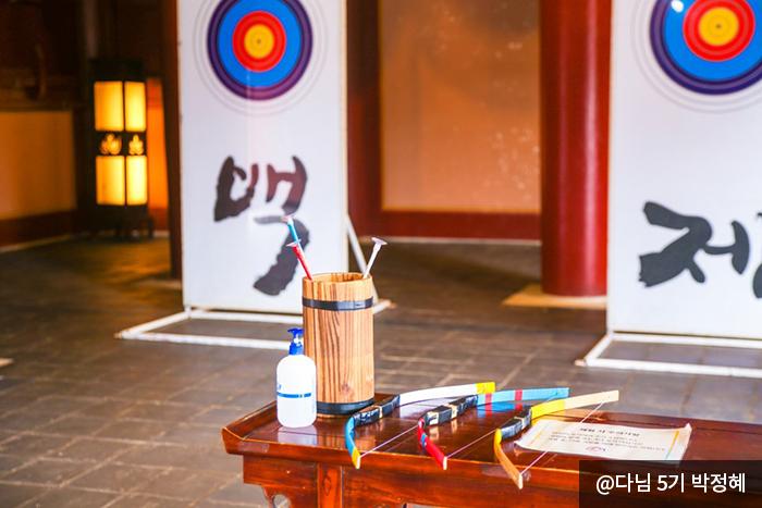 활쏘기 체험을 위해 놓여진 활과 화살 사진 @다님 5기 박정혜