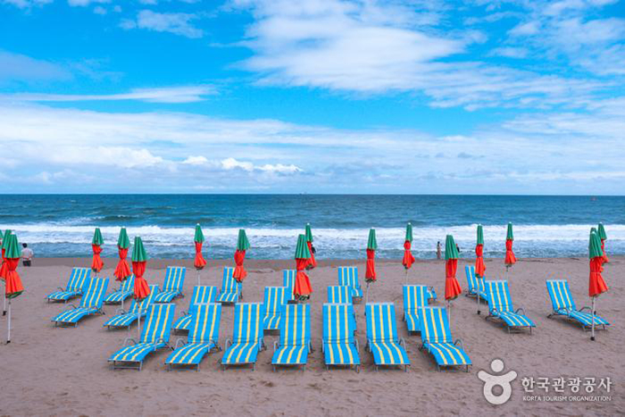 해변에 BTS '버터' 앨범 재킷 촬영 당시 사용했던 선베드, 파라솔, 비치발리볼 네트, 심판의자 등 소품들이 설치 - 한국관광공사