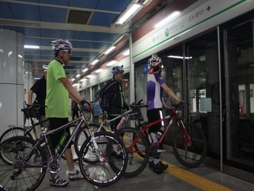 지하철 자전거족 주말에 '숨통'…편의시설은 아쉬워