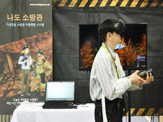 VR 기기 착용하니, 나도 소방관~