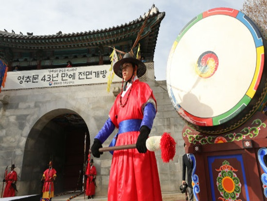 경복궁 영추문 '만백성의 출입을 허하다'