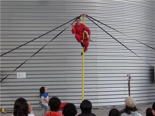 지난 1일부터 시작된 '시르코악티보' 공연은 오는 18일까지 국제관 네덜란드 전시관 앞에서 열리는데 우스꽝스러운 연기와 몸짓으로 관람객들의 시선을 한 몸에 받고 있다. 5미터 높이의 장대에 매달려 코믹 서커스를 펼치는 '시르코악티보' 팀은 관객 참여형 공연을 통해 공감대를 불러일으키고 코믹 마임으로 웃음을 선사한다.