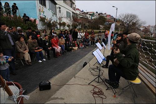 동피랑에서 통영프린지 페스티발을 즐기는 관광객들