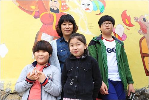 동피랑이 재개발되기않고 서민들의 삶의 모습을 느낄 수 있어서 좋다는 김영숙씨 가족