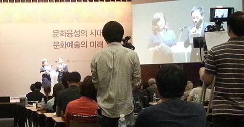컨퍼런스 사회를 맡은 연예인 박해미씨(좌)와 유열씨(우). 두 사람은 세션이 끝날때마다 적절한 정리와 실제 예술계 종사자로서 공감을 덧붙여 참관인들의 이해를 도왔다.